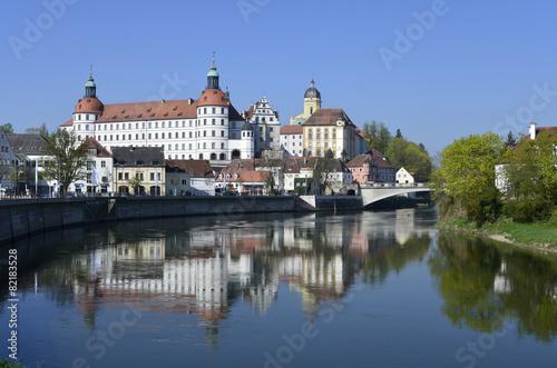 In de dag Brugge Schloss Neuburg über der Donau