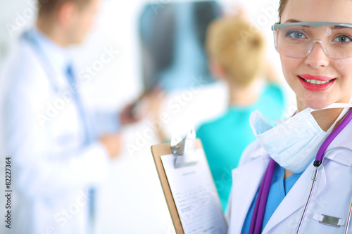 In de dag Apotheek Woman doctor standing with folder at hospital