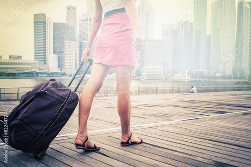 Photo  tourist or woman adventure with luggage in Singapore