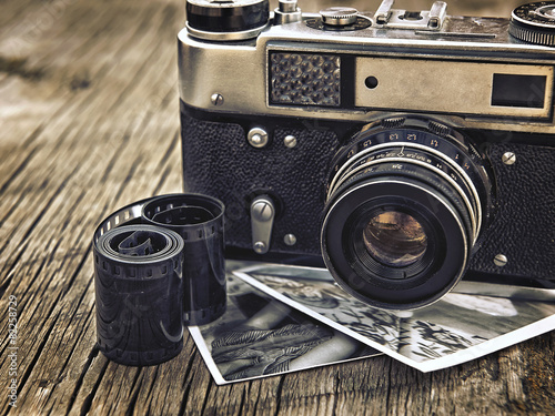 Tuinposter Retro old vintage camera closeup on wooden background