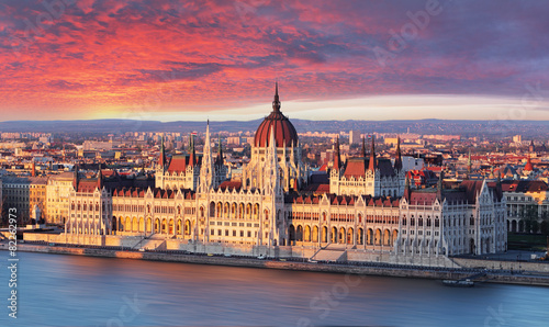 plakat Budapeszt parlament na sunrise dramatyczne