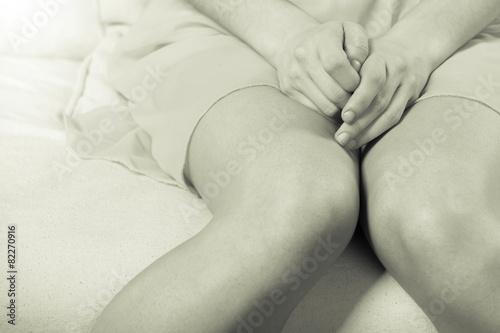 Fotografia  Woman sitting on couch, female legs