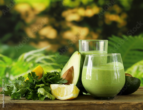 Fotografía  natural drink smoothie with avocado and yogurt