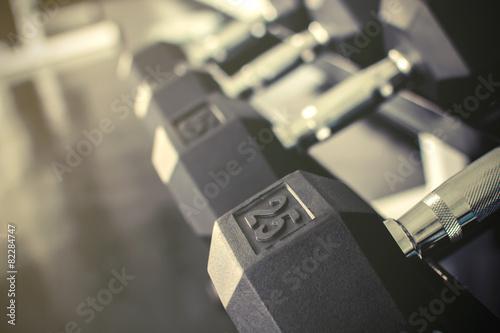 Fotografia  Rows of dumbbells on a rack