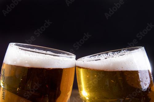 brindisi con bicchieri di birra Poster