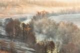 Piękny wiosna krajobraz z mgłą zaświecającą z powstającym słońcem - 82315345