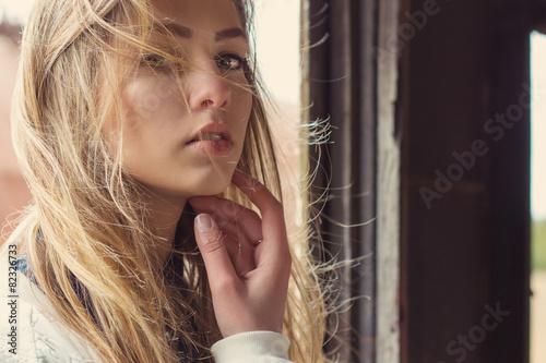 Photo  girl in abandoned train and strong wind develops her hair