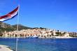 Kroatische Flage vor dem Hafen von Hvar in Dalmatien