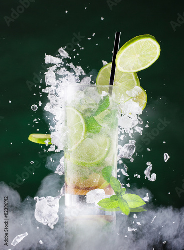 Photo  fresh mojito drink with liquid and drift