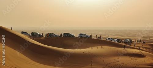 Plakat samochody na pustyni