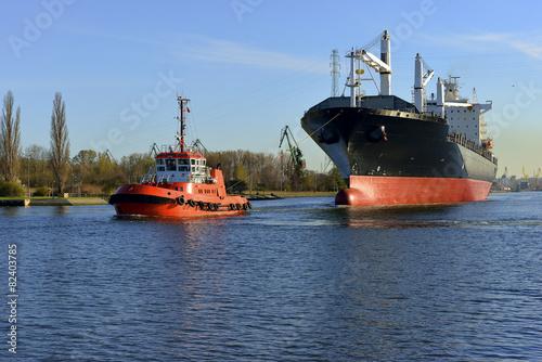 Fotobehang - Polska, Port Gdański, statek w asyscie holowników