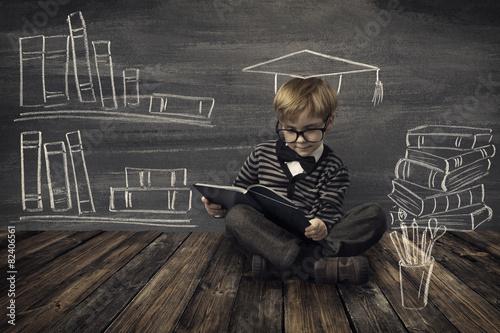 Fotografía  Niño Little Boy en el libro de lectura de los vidrios, la educación escolar de l