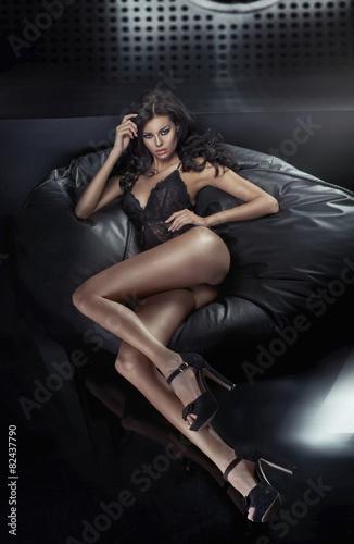 Portret ponętna dama brunetka