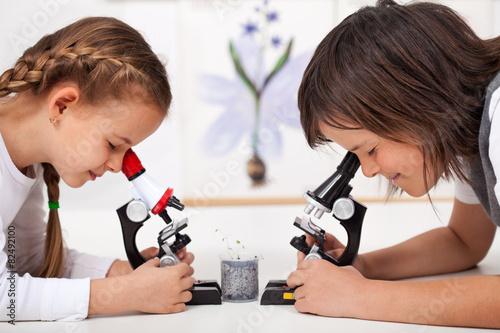 Fotografie, Obraz  Malé děti ve vzorcích vědecké laboratoři studijních pod mikroskopem-FOC