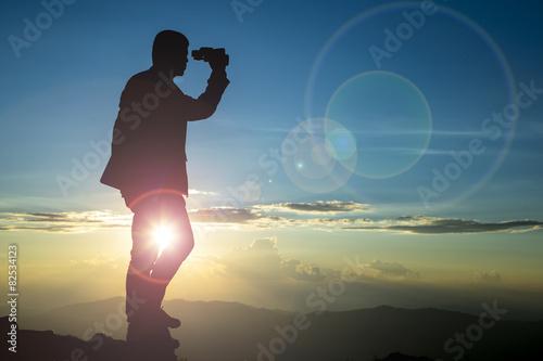Fotografía  Businessman  watch binoculars
