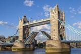 Otwarty Tower Bridge w Londynie
