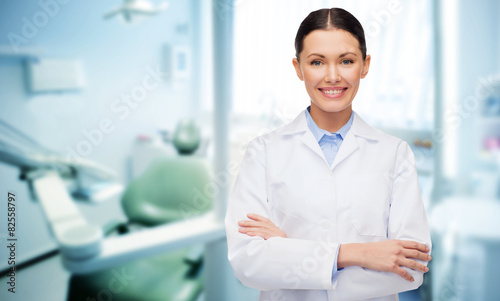 obraz PCV szczęśliwa młoda suczka dentysta z narzędziami