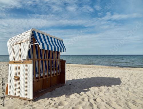 Spoed Foto op Canvas Noordzee Roofed wicker beach chair