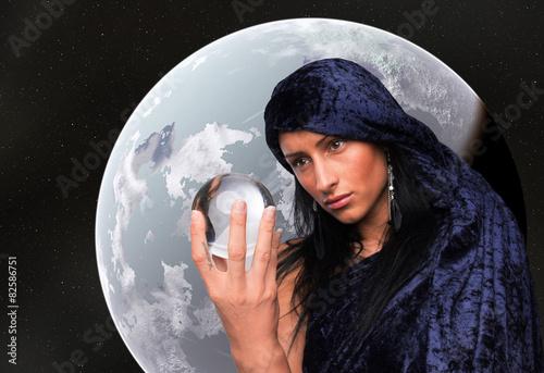 Fotografie, Obraz  Wahrsagerin blickt in die Zukunft, Planet im Hintergrund