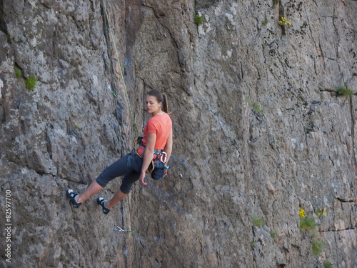 Papiers peints Alpinisme A young girl engaged in rock climbing.