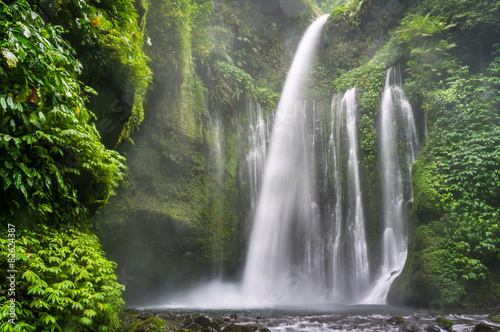 Montage in der Fensternische Wasserfalle Air Terjun Tiu Kelep waterfall, Senaru, Lombok, Indonesia, Asia