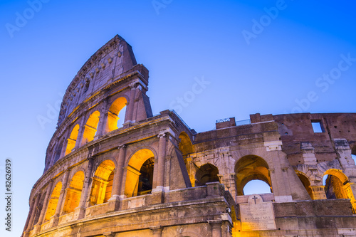Photo  Twilight of Colosseum the landmark of Rome, Italy