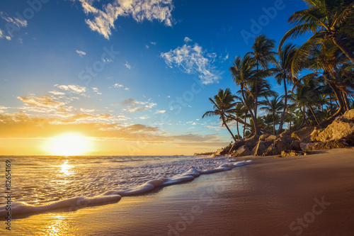 Платно Landscape of paradise tropical island beach, sunrise shot