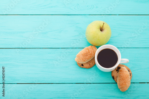 Photo Breakfast with coffee on blue wooden background