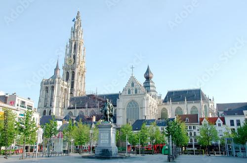 Staande foto Antwerpen monument religieux et place à anvers
