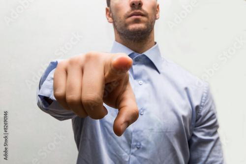 Fotografía  businessman indica con il dito e la mano in avanti