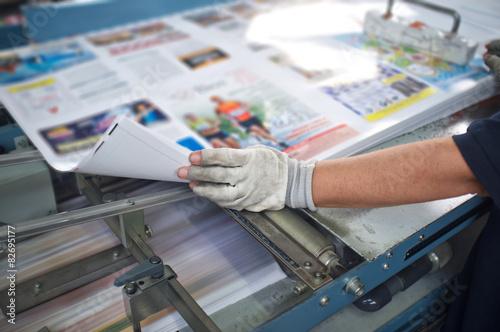 Fotografía  Máquina de la prensa línea de llegada posterior