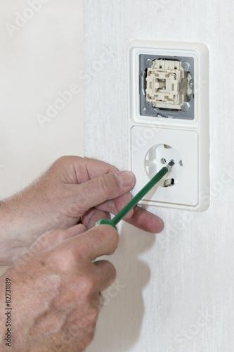 Renovierung, Hand Mit Stromprüfer, Lichtschalter, Steckdose