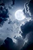 Dramatyczne nocne chmury i niebo z pięknym pełnym niebieskim księżycem - 82742574