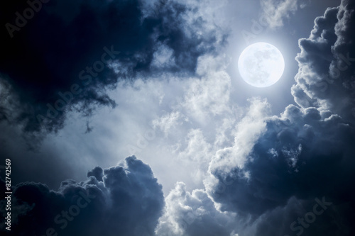 Photo  Dramatic Nighttime Clouds and Sky With Beautiful Full Blue Moon