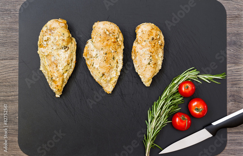 Fotografía  Chicken breast on cutting board.