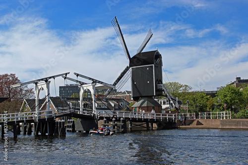 Fotografie, Obraz  Rembrandtbrug en molen de Put in Leiden, Nederland