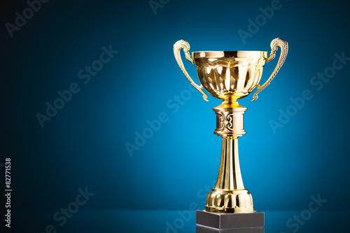 Fotografia gold cup trophy on blue background