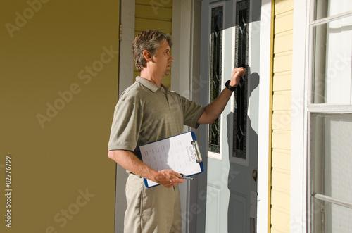 Photo  Man doing questionnaire survey or petition work door-to-door