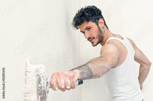 Fotografía giovane imbianchino fai da te tatuato