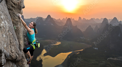 Deurstickers Guilin Silhouette of female athlete on Chinese mountain sunset