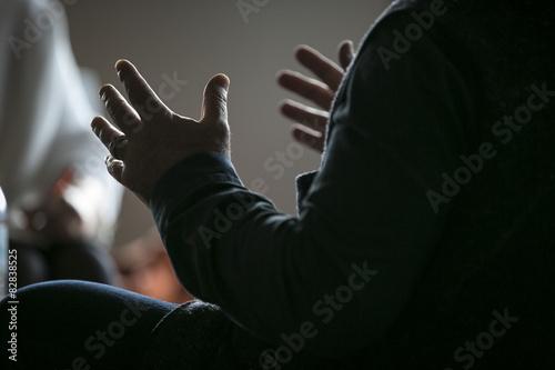Fotografie, Obraz  Hände (Mann) gestikulierend im Gespräch