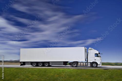 Plakat biała ciężarówka pół