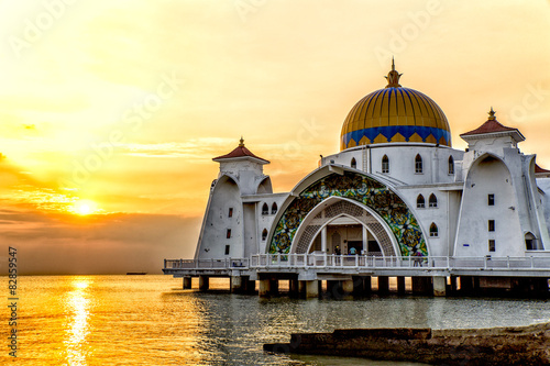 Pinturas sobre lienzo  Sunset over Masjid selat Mosque in Malacca Malaysia