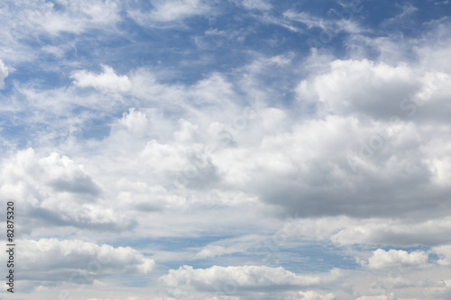 Cadres-photo bureau Ciel Blue sky is full of huge white clouds