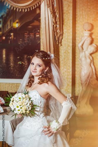 Spoed Foto op Canvas Muziekwinkel Portrait beautiful bride with bouquet of flowers on luxury