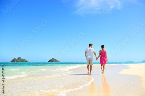 Fotografía Beach couple holding hands walking on Hawaii