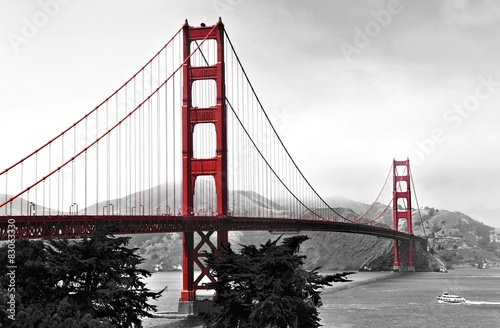 Foto op Plexiglas Brug Golden Gate Bridge, red pop on a black and white background
