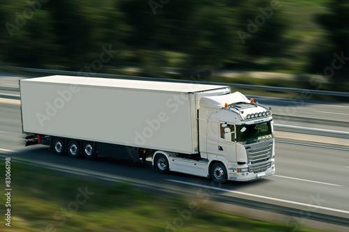 Fotografía  Semi camión en la carretera