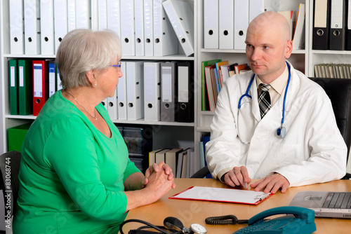 Foto  family doctor examine a female senior