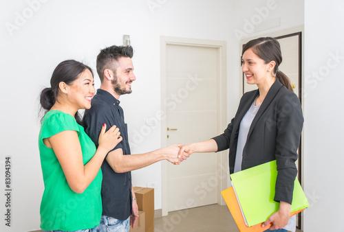 Photo  estate agent close a contract